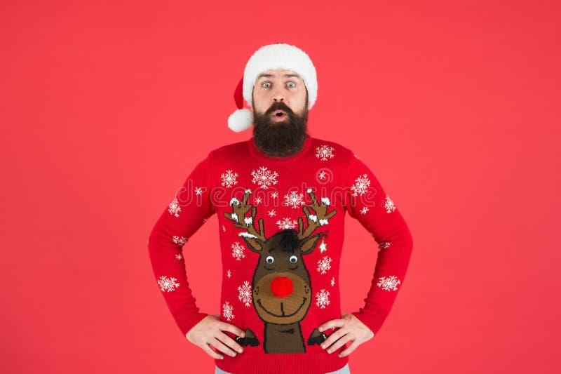 Homem barbudo de Hipster usa suéter de inverno e chapéu de fundo vermelho Holly jolly Natal Feliz ano novo Ingressar no feriado imagens de stock royalty free
