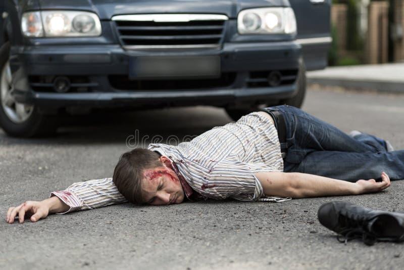 Homem batido por um carro fotos de stock
