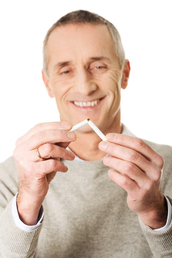 Homem bem sucedido com cigarro quebrado fotos de stock