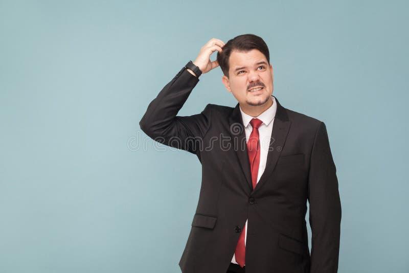Homem bem vestido de pensamento, olhando acima e meditar fotos de stock