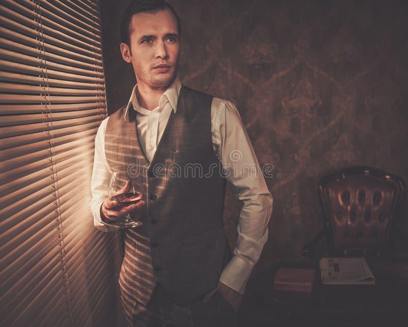 Homem bem vestido no interior retro fotos de stock