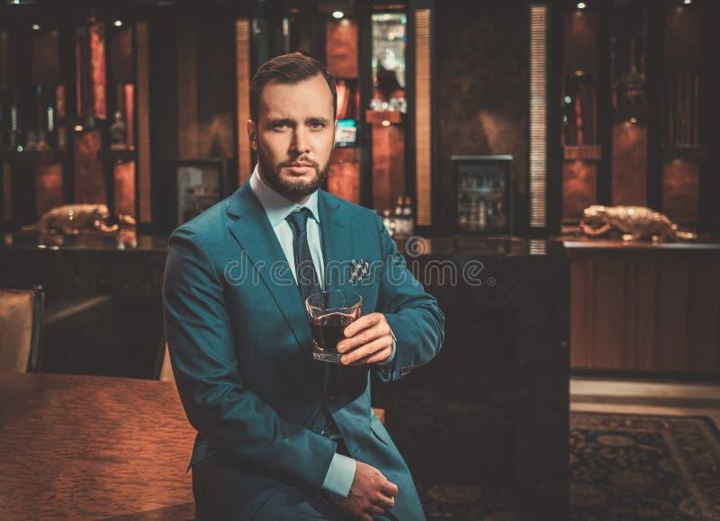 Homem bem vestido seguro no interior luxuoso do banheiro fotografia de stock