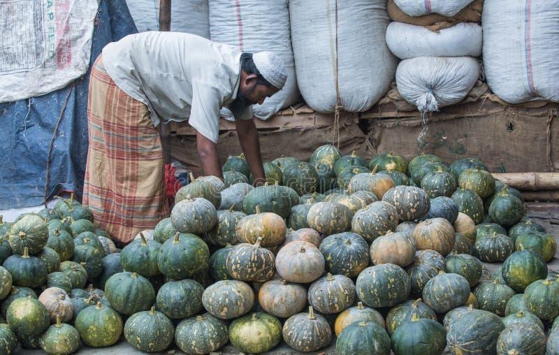 Homem bengali que vende a abóbora no mercado imagem de stock