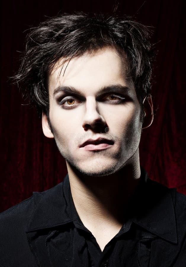 Homem bonito antes de transformar-se um vampiro imagens de stock