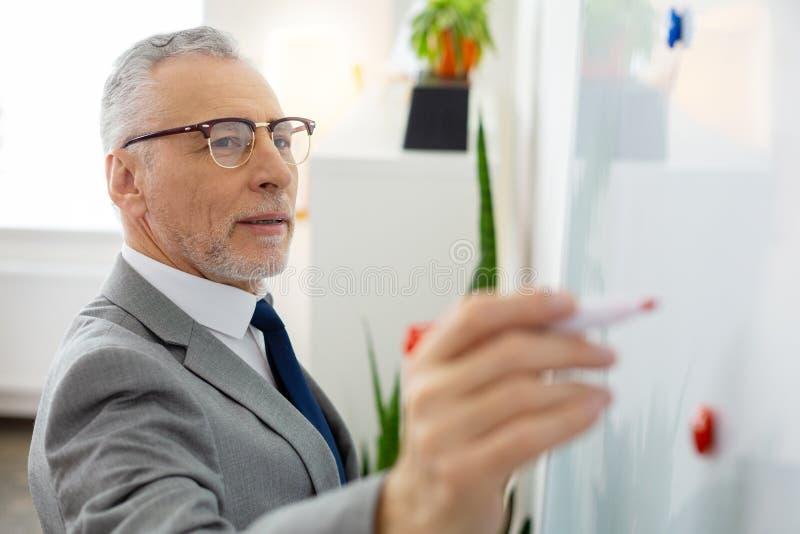 Homem bonito com o marcador levando do restolho cinzento imagens de stock royalty free