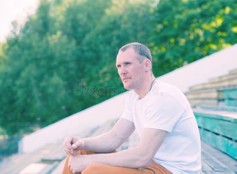 Homem bonito no estádio do vintage imagem de stock