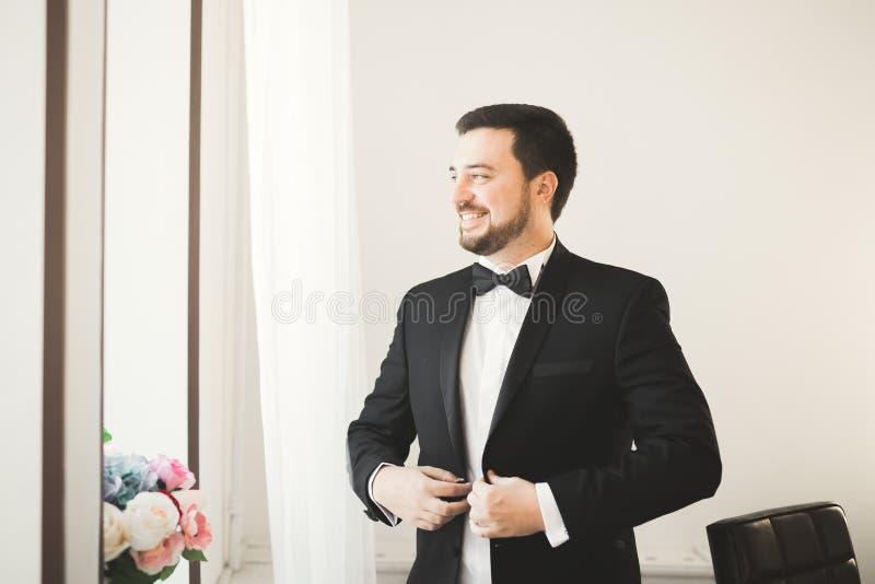Homem bonito, noivo que levanta e que prepara-se para o casamento imagem de stock