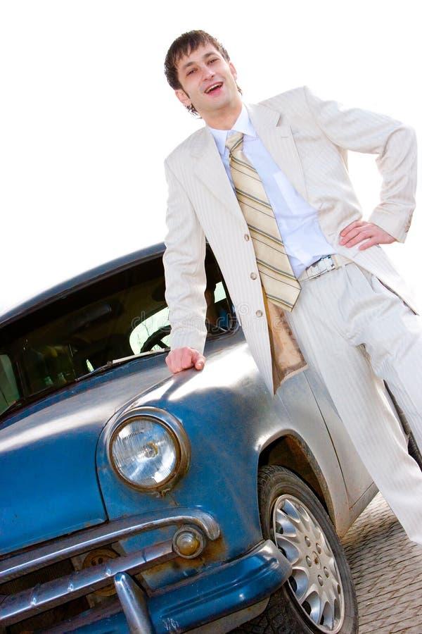Homem bonito novo que está perto do carro velho fotografia de stock royalty free