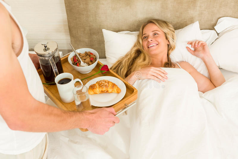 Homem bonito que traz o café da manhã a sua amiga imagens de stock royalty free