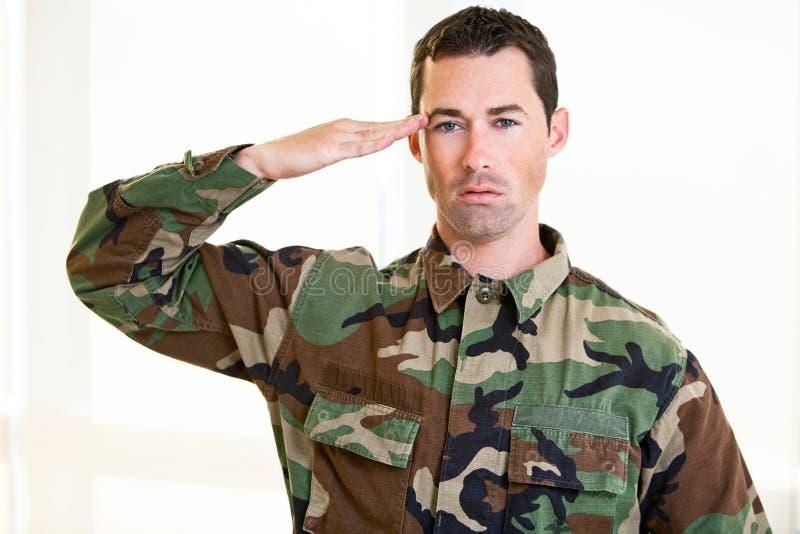 Homem branco na saudação uniforme do exército fotos de stock