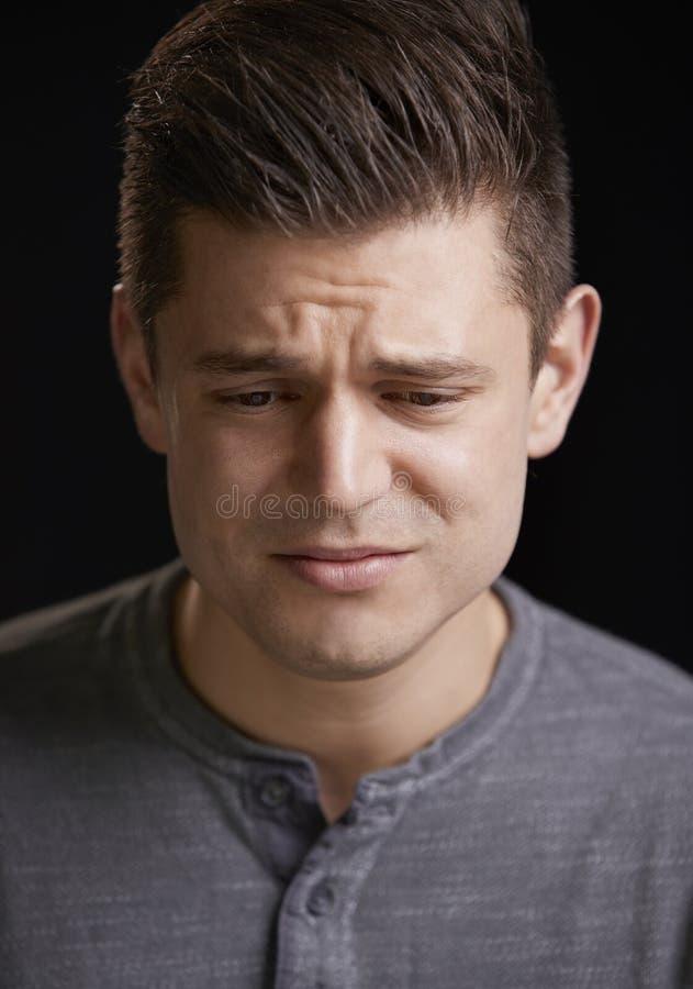 Homem branco novo preocupado que olha para baixo, retrato vertical fotos de stock royalty free