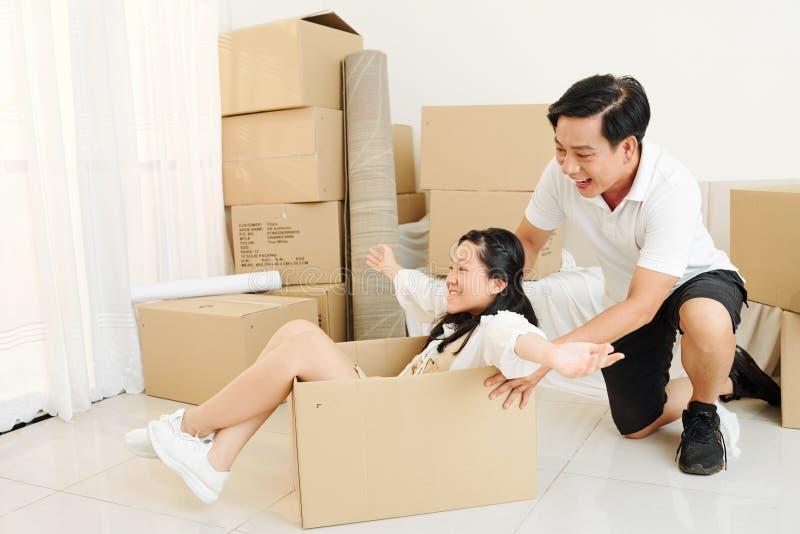 Homem brincando em casa com a filha imagem de stock