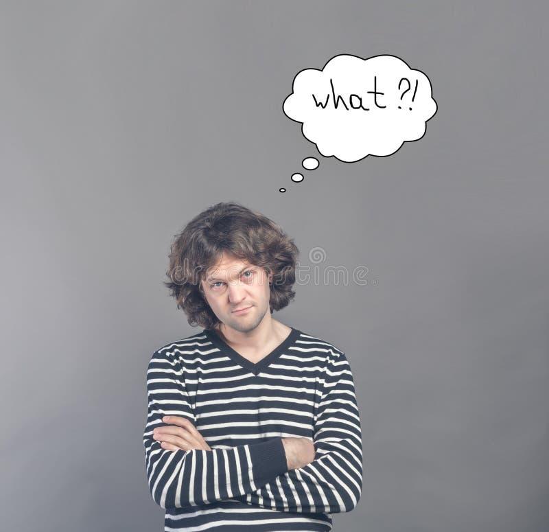 Homem cético que olha suspeito e duvidoso com a nuvem tirada dos pensamentos com que pergunta nela Alguma desaprovação no seu imagem de stock