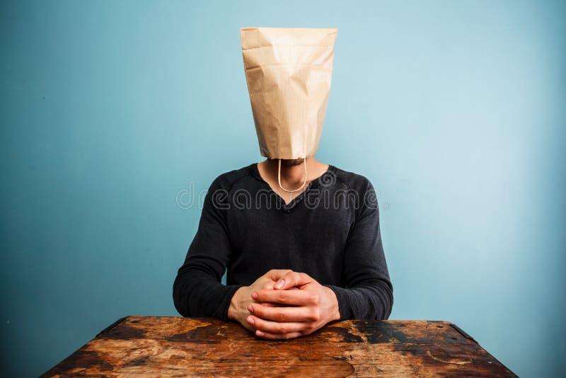 Homem calmo e relaxado com despesas gerais do saco fotografia de stock