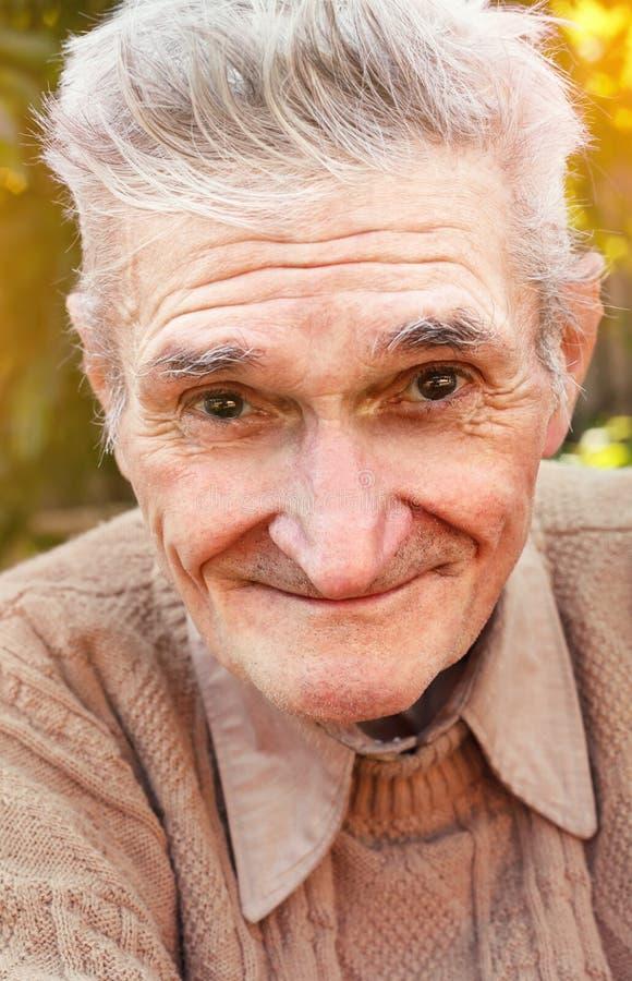 Homem calmo superior feliz fora imagem de stock royalty free