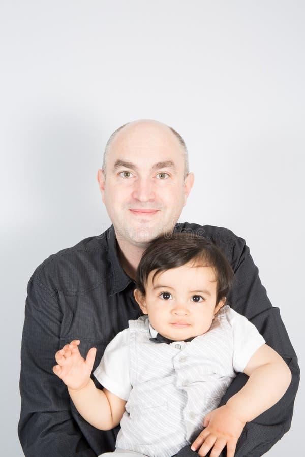 homem calvo com seu filho no fundo branco um único pai do pai do divórcio fotografia de stock