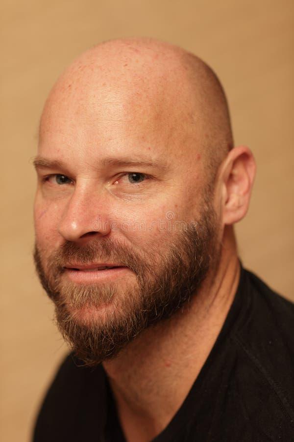 Homem calvo com uma barba fotos de stock