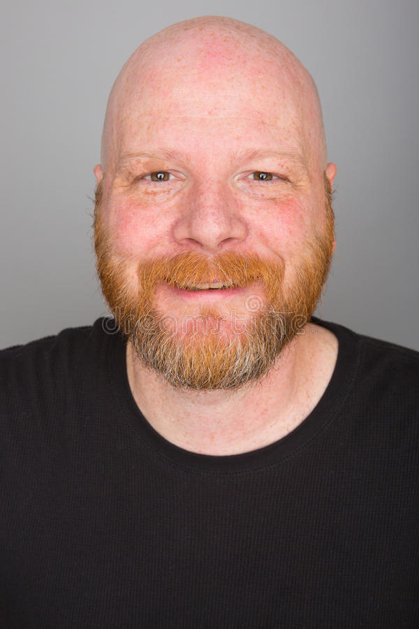 Homem calvo com uma barba imagens de stock