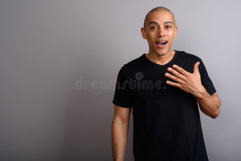 Homem calvo considerável que olha chocado e surpreendido fotografia de stock