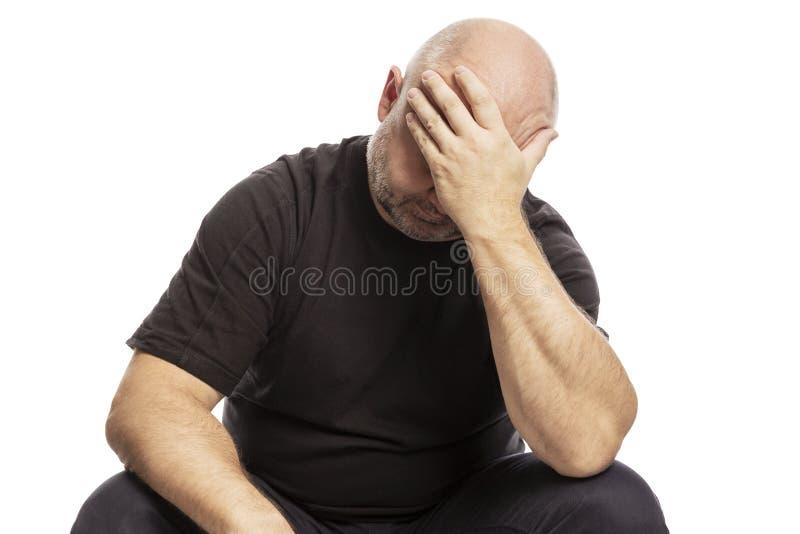 Homem calvo de meia idade triste, isolado no fundo branco fotografia de stock royalty free