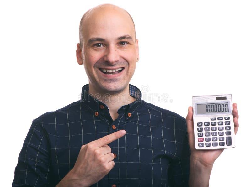 Homem calvo de sorriso que calcula fotografia de stock