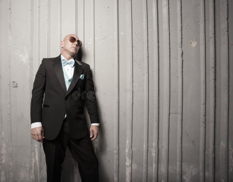 Homem calvo em um terno imagem de stock
