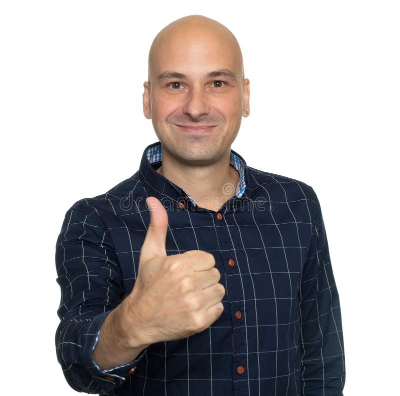 Homem calvo feliz que mostra os polegares acima Isolado fotografia de stock