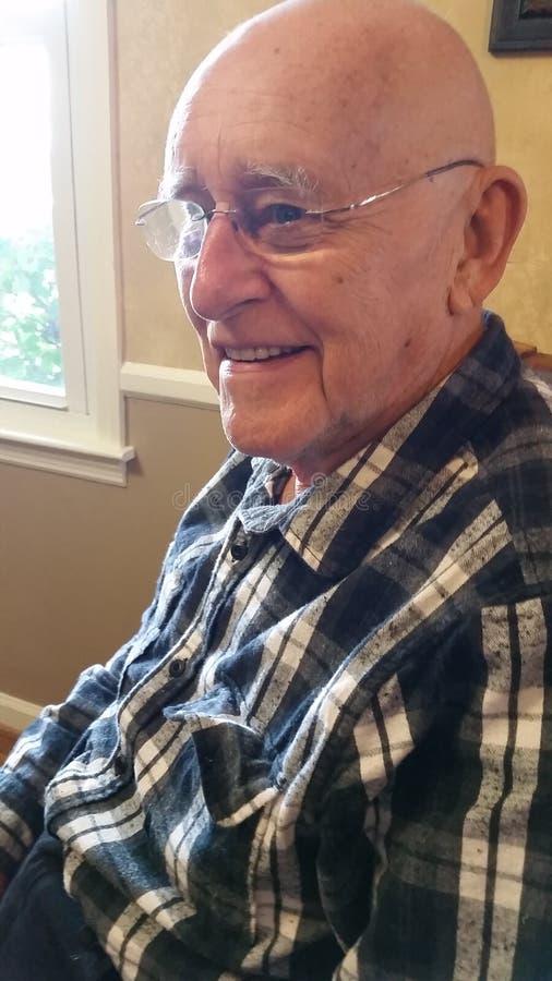 Homem calvo idoso de sorriso fotos de stock royalty free