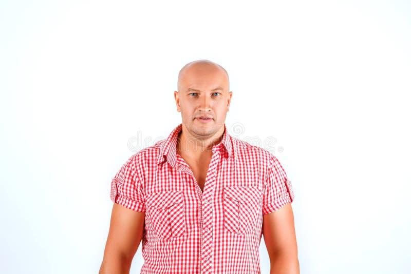 Homem calvo na camisa no fundo branco imagem de stock royalty free