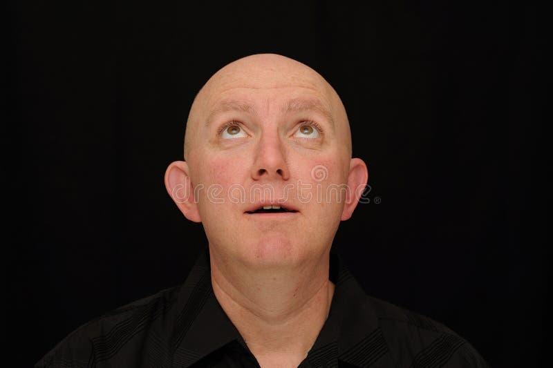 Homem calvo que olha acima foto de stock