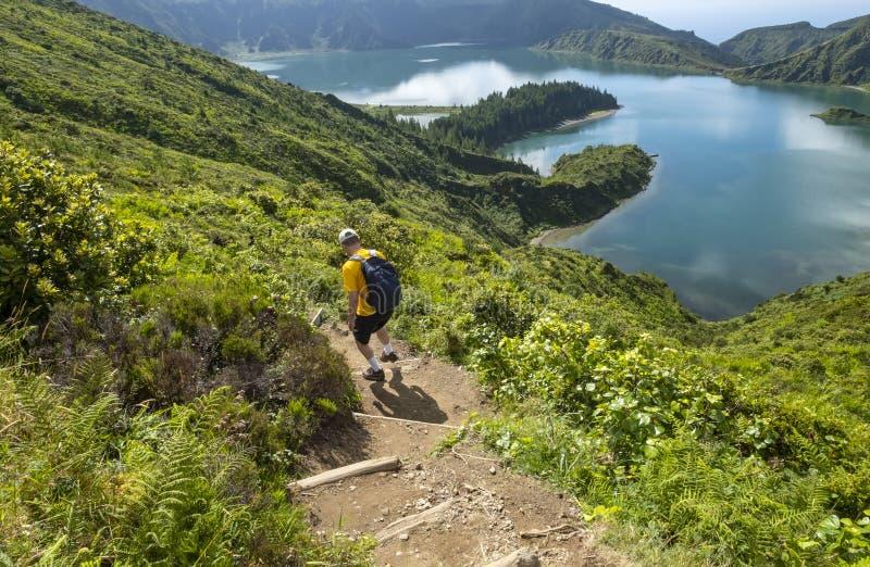 Homem caminhando até Lagoa do Fogo em São Miguel Açores fotografia de stock