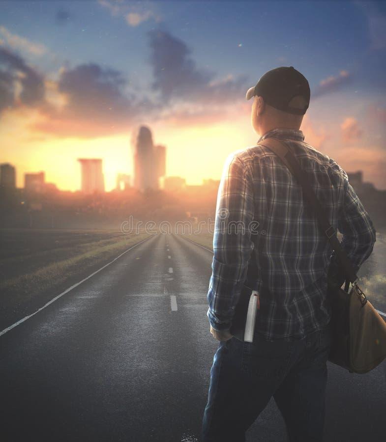 Homem caminhando para a cidade com Bíblia fotografia de stock