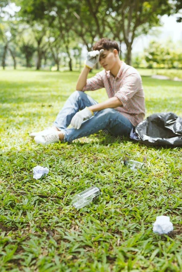 Homem cansado após o agachamento a desperdiçar no parque Foco no desperdício fotos de stock