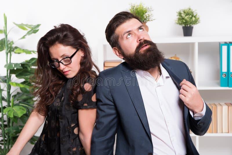 Homem cansado com barba e mulher 'sexy' Colegas de trabalho novos businesspeople teamwork Pares do negócio no escritório formal foto de stock