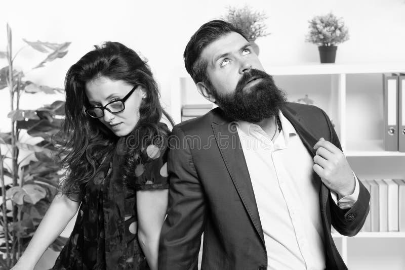 Homem cansado com barba e mulher 'sexy' Colegas de trabalho novos businesspeople teamwork Pares do neg?cio no escrit?rio formal fotos de stock royalty free