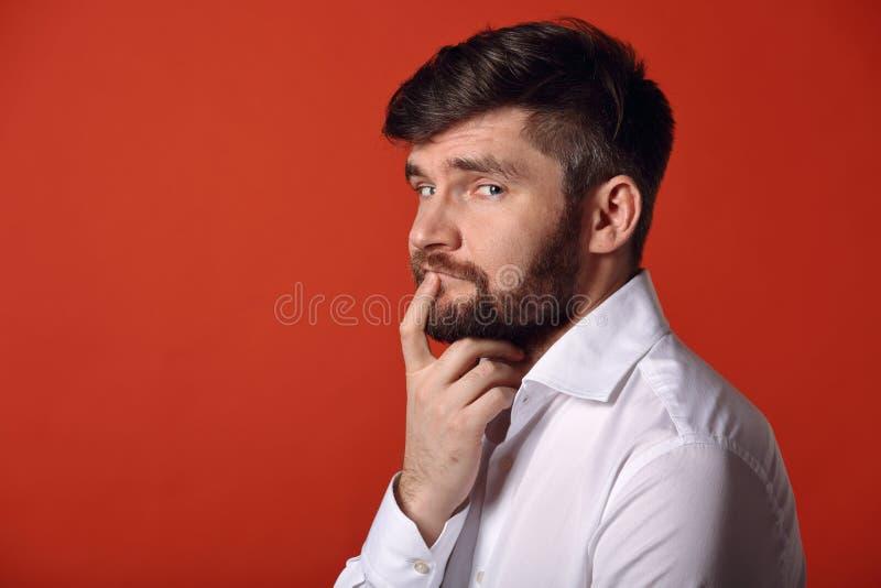 Homem carismático farpado de pensamento na opinião do perfil na camisa do whirt fotografia de stock
