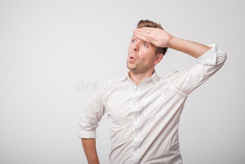 Homem caucasiano cansado na camisa branca que sua tendo a dor de cabeça da febre imagens de stock royalty free
