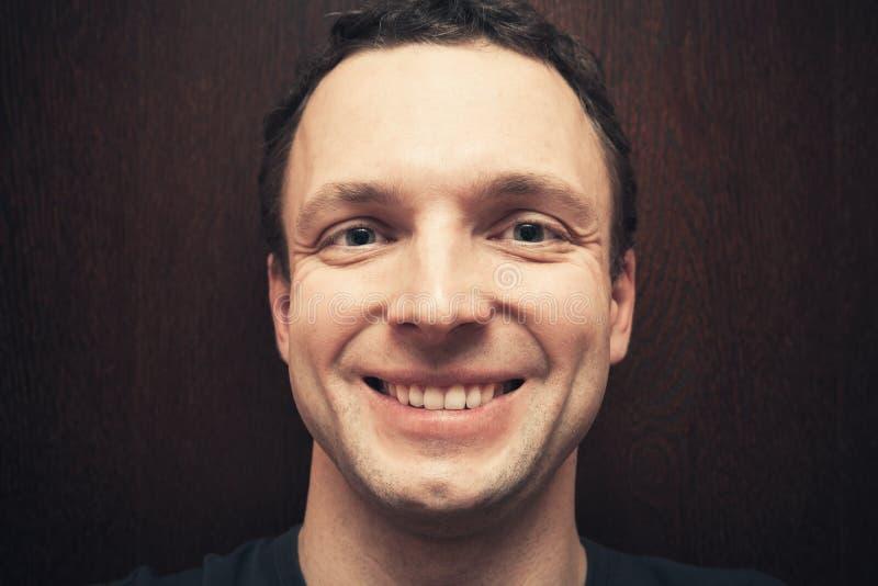 Homem caucasiano de sorriso considerável novo imagens de stock royalty free