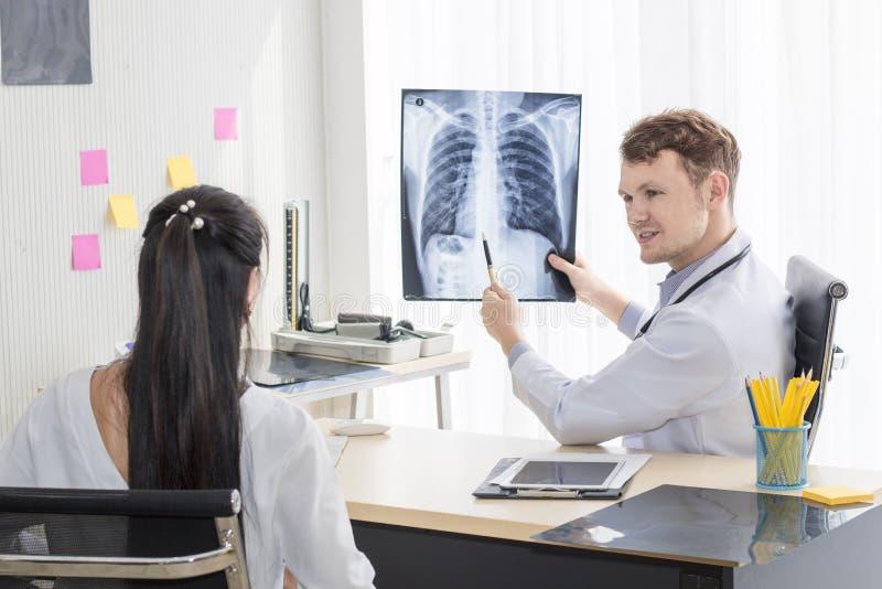 Homem caucasiano dos profissionais médicos que guarda o raio X imagem de stock royalty free