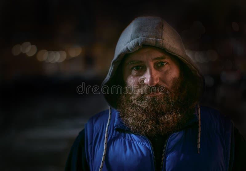 Homem caucasiano farpado em olhares azuis do sportswear na câmera Barba grande fotografia de stock