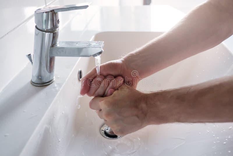 Homem caucasiano lavando as mãos em casa Medida de higiene contra o coronavírus fotografia de stock royalty free