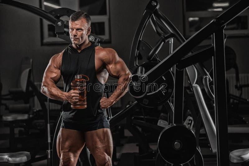 Homem caucasiano muscular na dieta que descansa após o exercício e o drinki foto de stock
