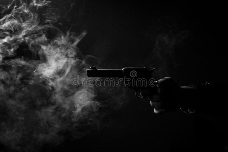 Homem caucasiano no revestimento de trincheira do vintage e no fedora S preto e branco imagem de stock royalty free