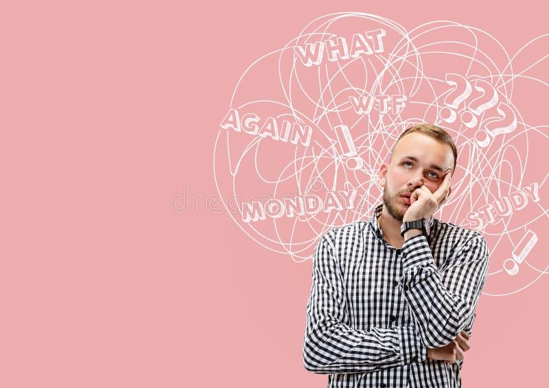 Homem caucasiano novo com pensamentos misturados fotografia de stock