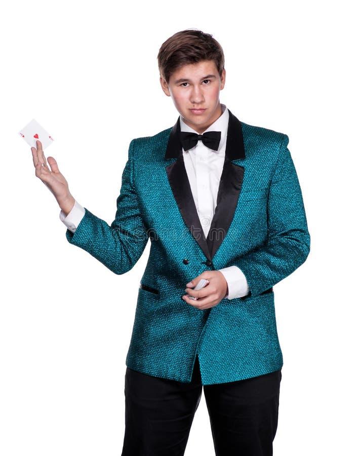 Homem caucasiano novo no terno que guardara cartões de jogo fotografia de stock