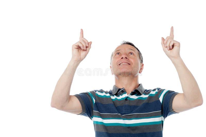 Homem caucasiano que aponta acima de seus dedos imagens de stock royalty free