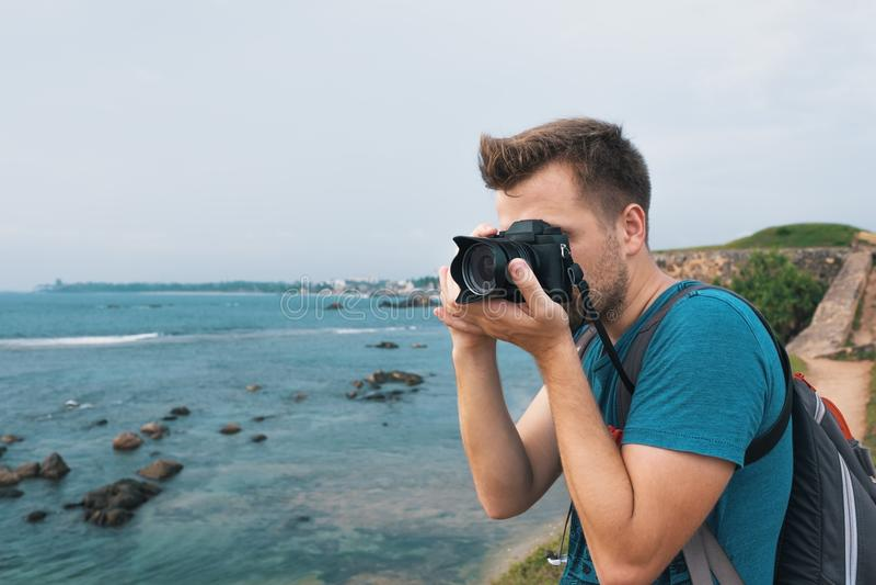 Homem caucasiano que faz a foto da paisagem durante a viagem em Sri Lanka imagem de stock royalty free