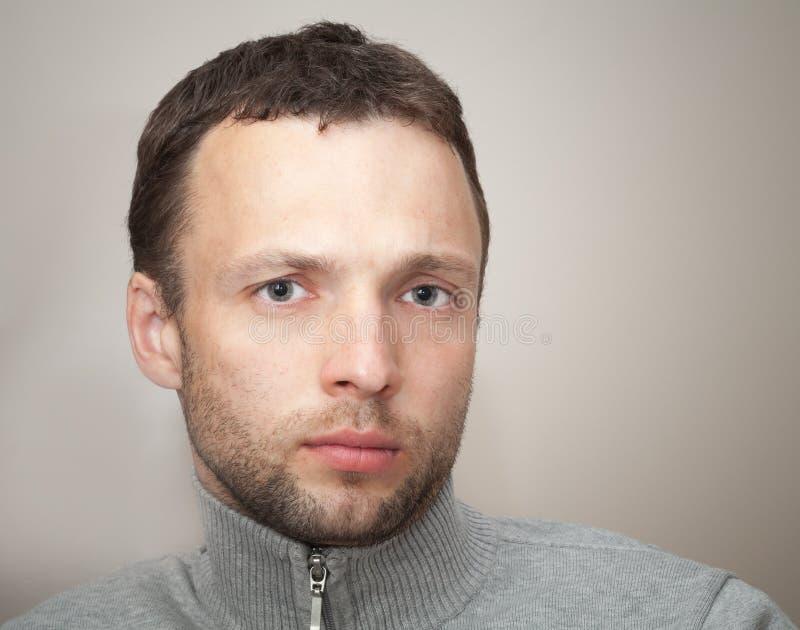 Homem caucasiano sério novo Feche acima do retrato foto de stock