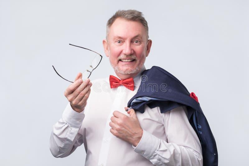 Homem caucasiano superior que veste o terno azul que sorri calorosamente e seguro fotos de stock