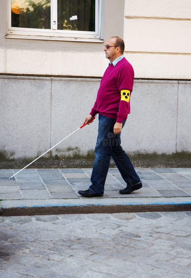 Homem cego com vara imagem de stock royalty free
